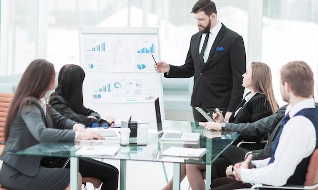 会社の上級管理職は、会社の従業員のために新しい財務プロジェクトのプレゼンテーションを行います。