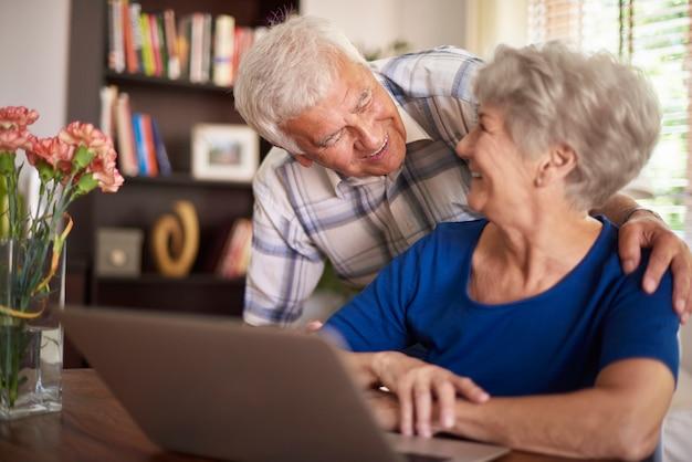 컴퓨터 앞에서 시간을 보내는 노인 결혼