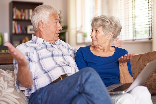 팔을 펼치는 노인 결혼