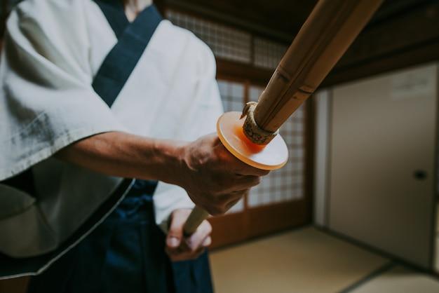 Старший мастер боевых искусств в своем додзё