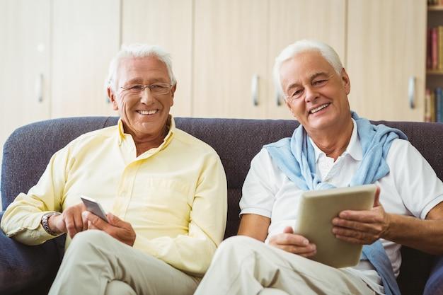 技術を使用している年配の男性