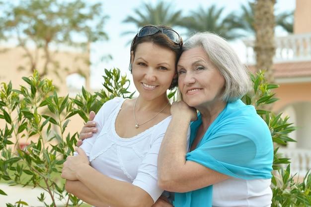 公園で先輩の母と彼女の素敵な娘