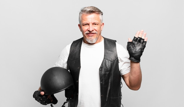 シニアバイクライダーは、楽しく元気に笑ったり、手を振ったり、歓迎して挨拶したり、さようならを言ったりします。