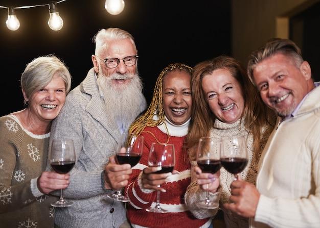 축하하는 동안 카메라에 웃는 수석 다인종 사람들