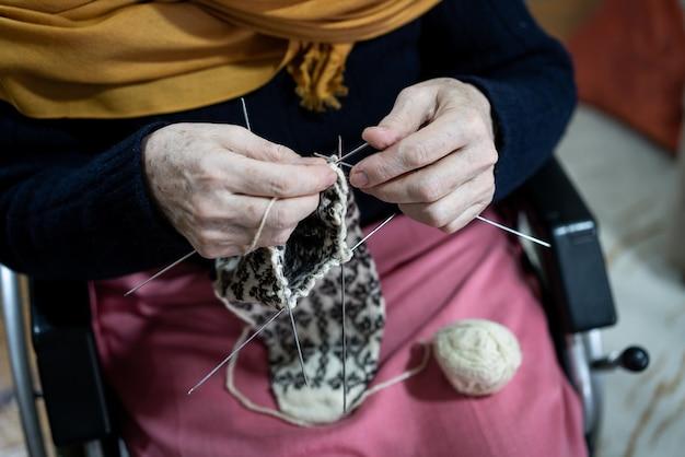 휠체어 뜨개질에 수석 무슬림 여성