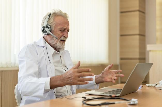 수석 의사는 헤드셋을 착용합니다. 원격 온라인 의료 채팅 상담, 원격 의료 원격 서비스. 원격 의료 개념