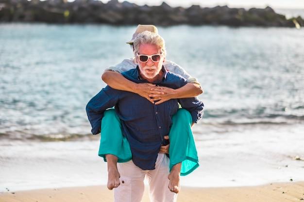 수석 노인 부부는 여름 휴가 휴가에 해변에서 함께 재미를