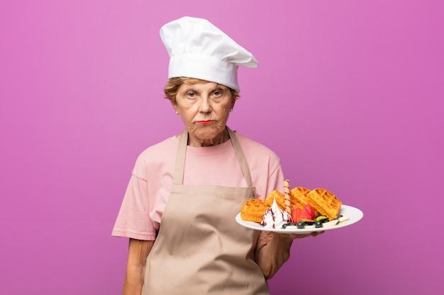 シニアの古いかわいいパン屋の女性