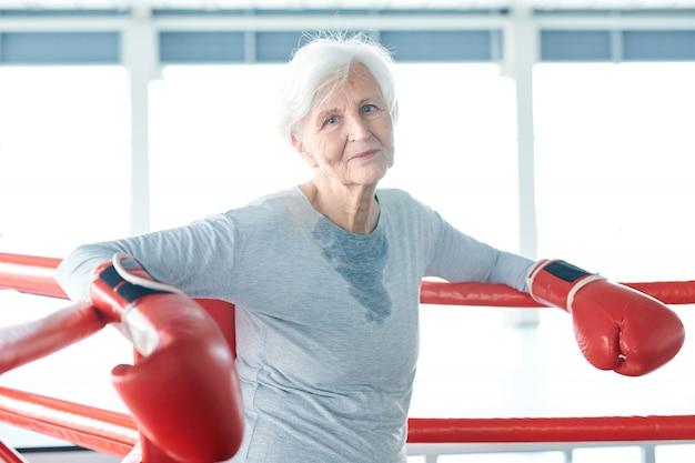 ボクシングのリングで年配の女性