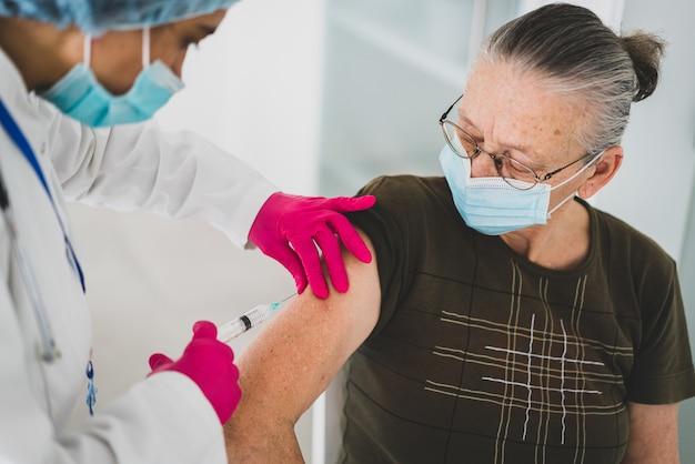 백신을 받고 병원에서 노인 늙은 여자