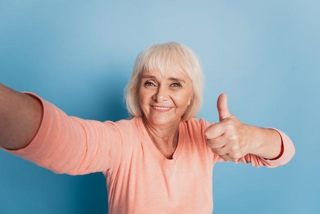 年配の老婆が自分撮りで親指を立てる