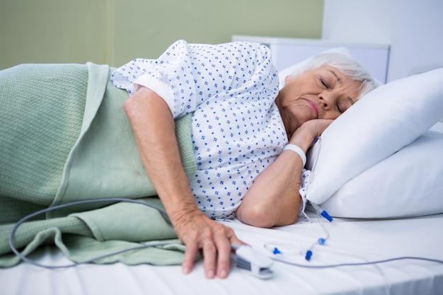 ベッドに横になっているシニアの患者