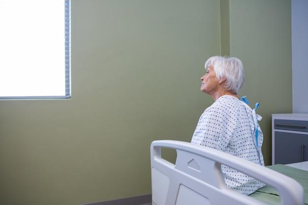病院で座っている上級の患者