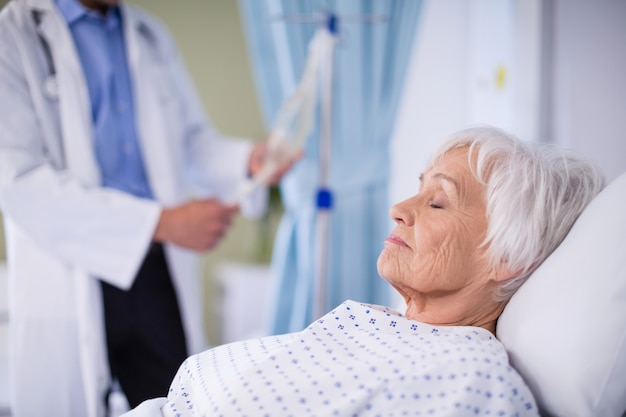 ベッドで寝ているシニアの患者