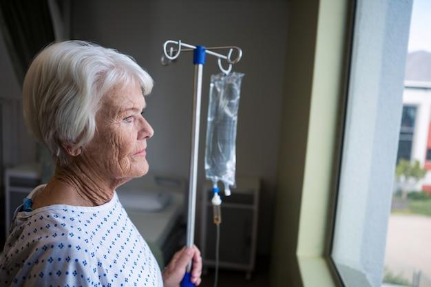 病院に立っている上級の患者
