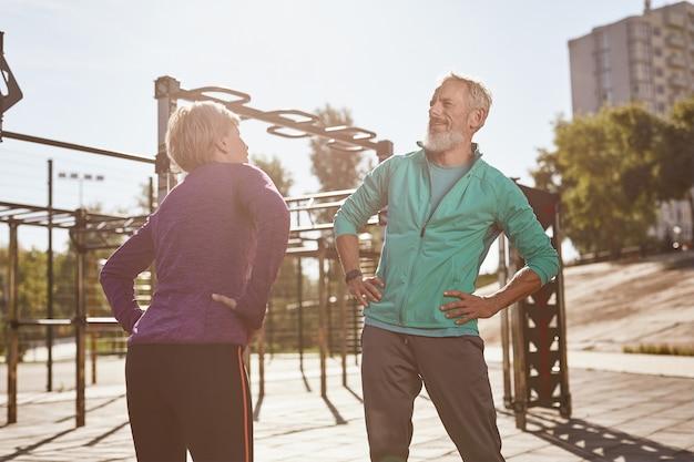 노인들과 체조는 아침을 하는 운동복을 입고 활동적인 행복한 성숙한 가족 커플
