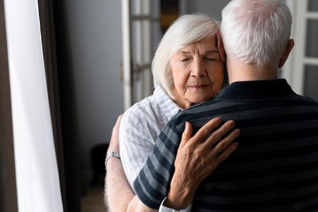 Пожилые люди вместе борются с болезнью альцгеймера
