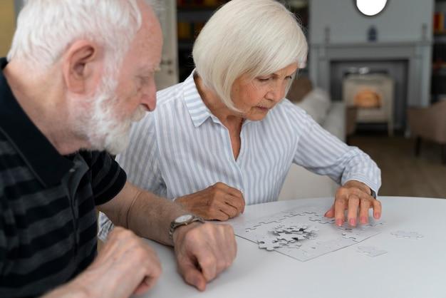 Persone anziane che affrontano la malattia di alzheimer