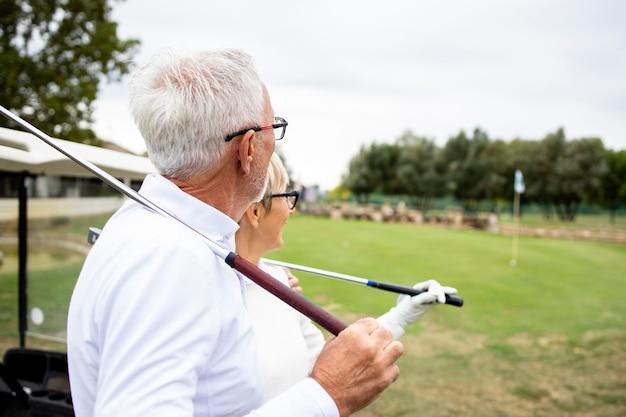골프 게임을 하고 자연 속에서 야외에서 자유 시간을 즐기는 노인들.