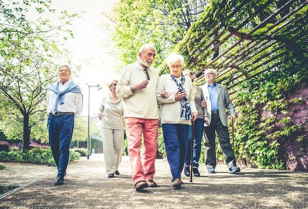 야외에서 걷는 노인