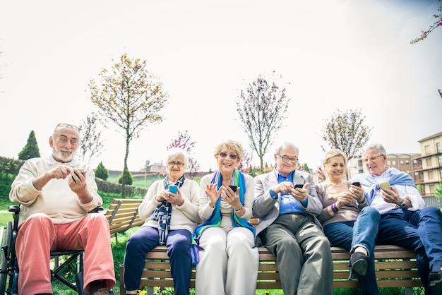 Старшие люди смотрят смартфоны