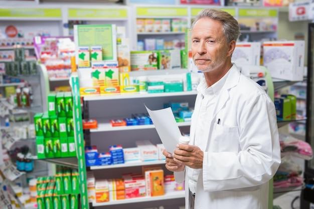 処方箋を保持する上級薬剤師