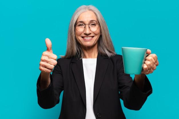 커피 컵과 함께 수석 예쁜 사업가