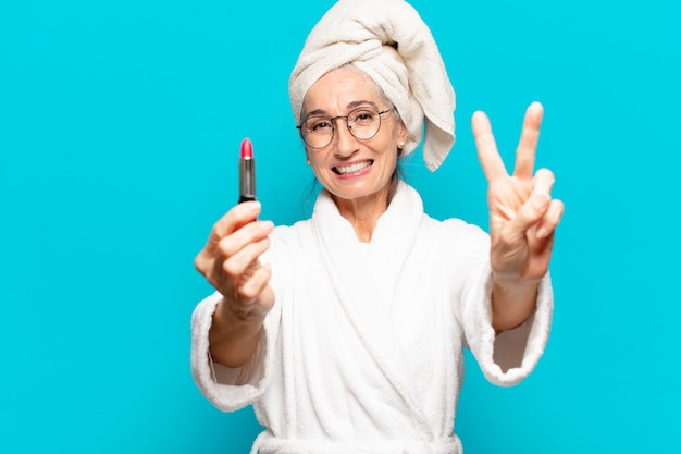 샤워를 구성하고 목욕 가운을 입고 후 수석 예쁜 여자