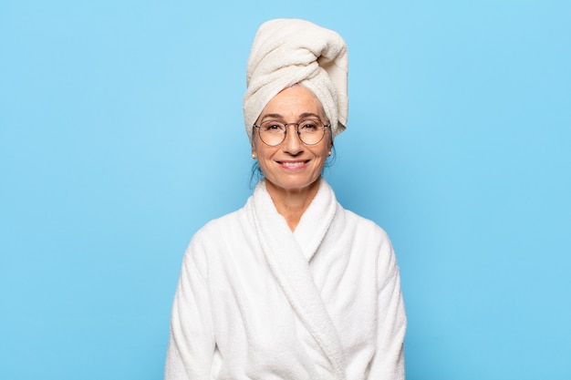 Старшая красивая женщина после душа в халате