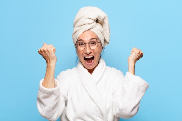 목욕 가운 입고 샤워 후 수석 예쁜 여자
