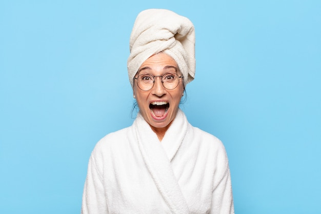 バスローブを着てシャワーを浴びた後の年配のきれいな女性
