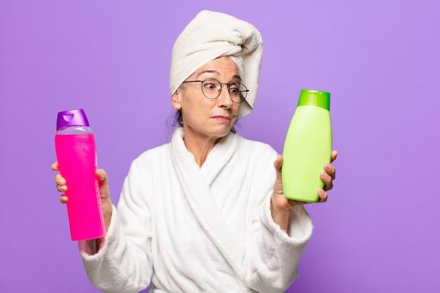 バスローブを着てシャワーを浴びた後のシニアきれいな女性