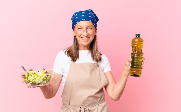 サラダを準備する年配のきれいな女性