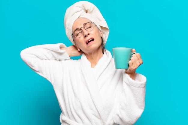 Старший красивая женщина в халате и кофе