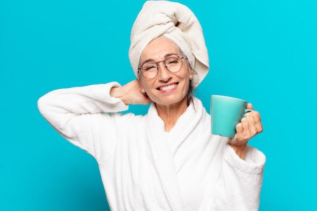 목욕 가운을 입고 커피를 마시고 수석 예쁜 여자