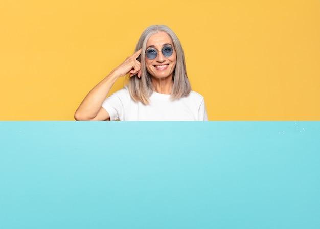 선글라스를 착용하는 수석 예쁜 여자. 복사 공간 개념
