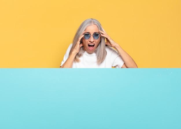 Старший симпатичная женщина в солнечных очках. копировать космическую концепцию