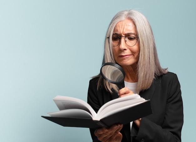 책과 돋보기 수석 예쁜 여자. 검색 개념