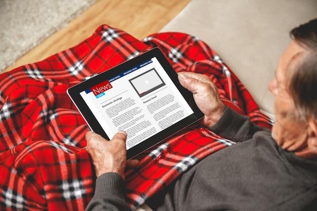 Старшие читают новости на планшете