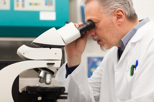 Старший ученый, работающий в лаборатории