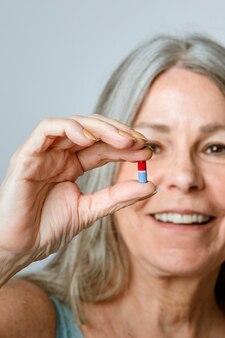 Старший принимает таблетки от вирусного заболевания