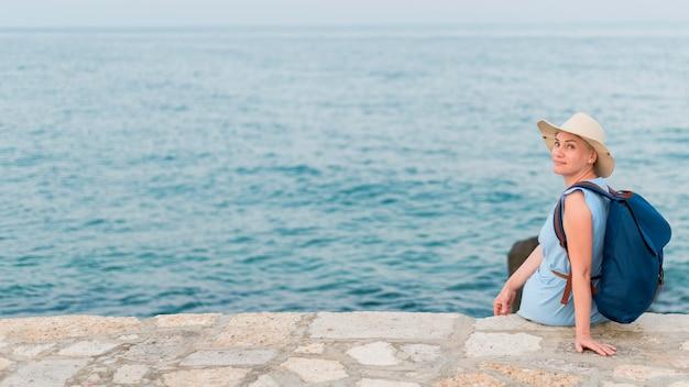 海の横にあるシニア観光女性