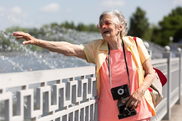 Старший путешественник с фотоаппаратом