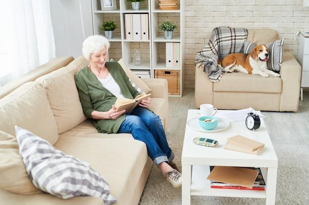 Старшая женщина и ее собака дома