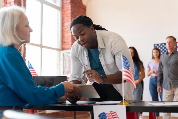 유권자 등록일에 노인 여성과 남성