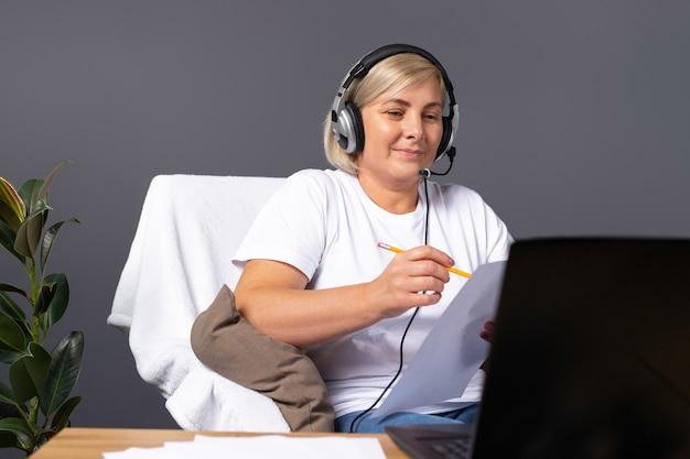 안락의 자에서 집에서 고위 여자 온라인 유행성 작동