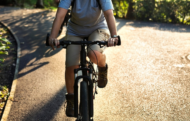 公園で自転車に乗っているシニアの女性