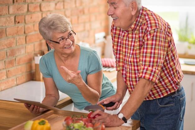Старшая женщина проверяет, все ли в порядке