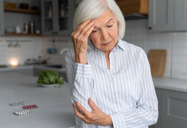 Старшая женщина, противостоящая болезни альцгеймера