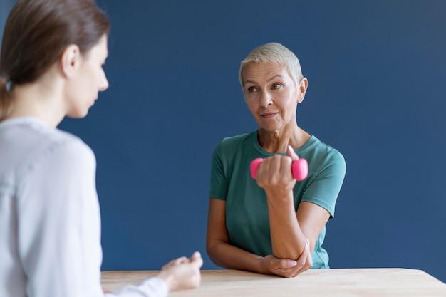 심리학자와 작업 치료 세션을 하는 시니어 여성